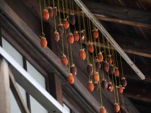 軒下に吊された干し柿