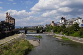 鴨川での水遊び