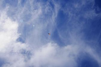 すじ雲とパラグライダー